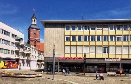 Musterarchitektur der 1950er-Jahre am Rathaus Spandau, Markt, im Hintergrund Sankt Nikolaikirche